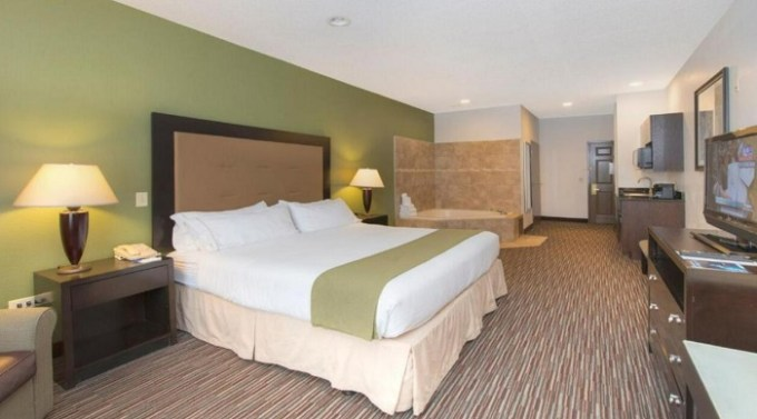 Room with Whirlpool in Holiday Inn Express & Suites Chicago-Deerfield-Lincolnshire, an IHG hotel, IL