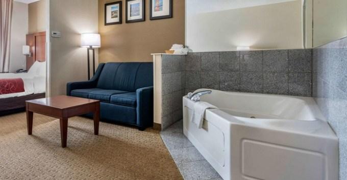 Suite with Whirlpool Bath in Comfort Suites Cincinnati Airport, OH