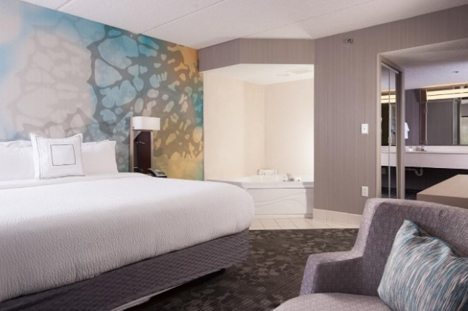 A Room with a whirlpool tub in Courtyard Greenville-Spartanburg Airport, SC