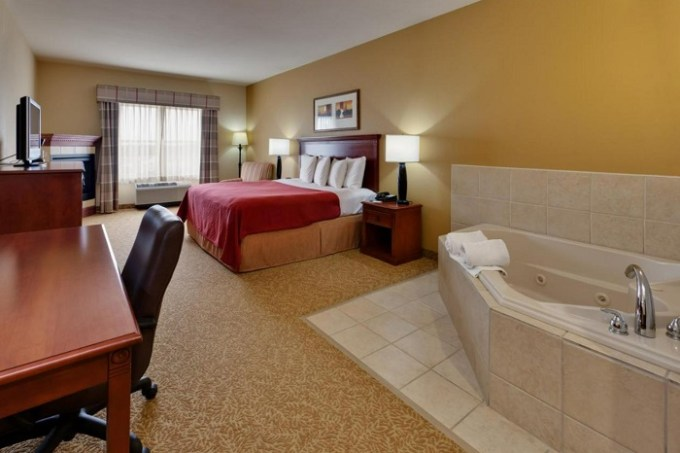 A room with a whirlpool tub in Country Inn & Suites by Radisson, Harrisburg at Union Deposit Road, PA