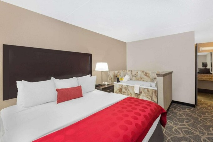 King Suite with Jetted Tub in Ramada by Wyndham Des Moines Airport, AI
