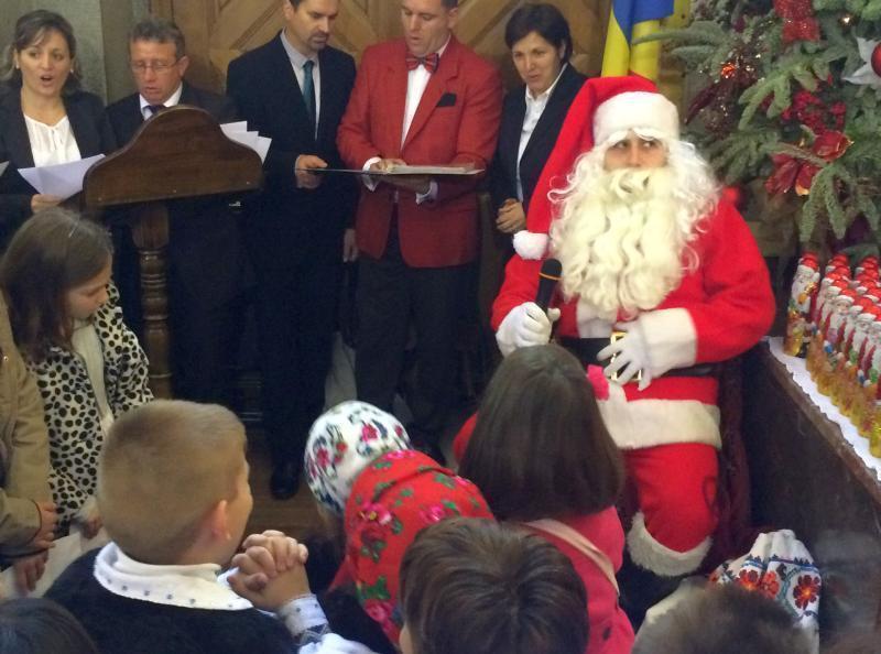 Moș Crăciun a venit la copiii români la biserica ortodoxă din Madrid