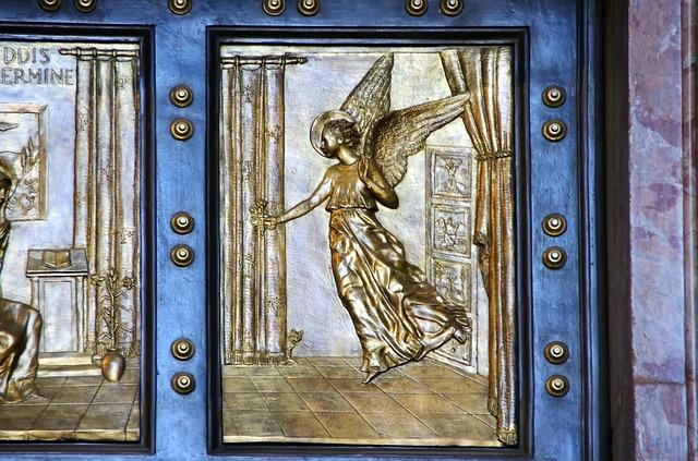 Detalhe do Anjo na porta Santa no Vaticano