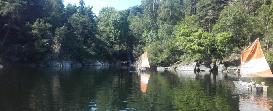 Faire de la voile avec le rondin parc sur le lac de naussac