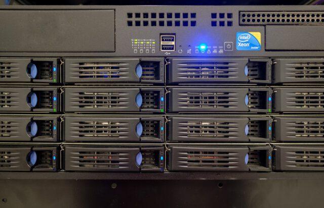 web server hard drive bay e1631670310732