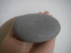 なで回したくなる、つるつるした石