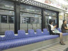座席シートの背もたれが低いのは特徴