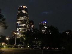 右奥が虎ノ門ヒルズ(手前のビルに東京タワーが映っている)