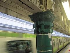 緑の柱は屋根と架線を支えている