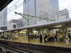 屋根に加えて架線を支えている緑の柱(その2)