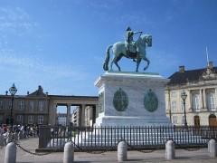 宮殿の造営者であるフレデリク5世の騎馬像