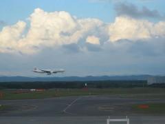 窓からは着陸する飛行機が身近に見られる