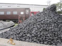 石炭が山積み
