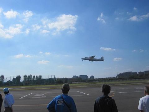 新島へ飛び立つ新中央航空機