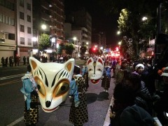 たくさんの狐たちが行列をつくって歩いて行く