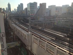 上野東京ラインの真新しい線路(手前)