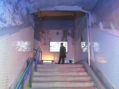 古い階段を上がる