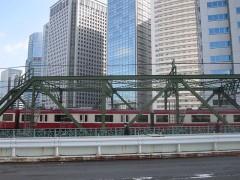ここはゆっくりと電車が通り過ぎる