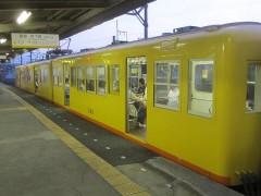 発車時間を待つ電車
