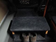 オットマンの下に靴をしまう