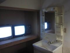 部屋の裏にはアンテナのついてないテレビとスピーカー
