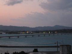 古宇利大橋を眺める