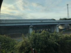 成田スカイアクセス線成田湯川駅が見える