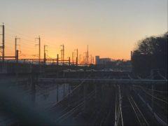 東北新幹線が初日の出ブロック! しかも左下にはフェンスの影が…