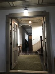 玄関から内部へ