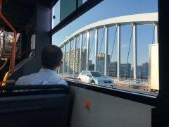 築地大橋を渡る