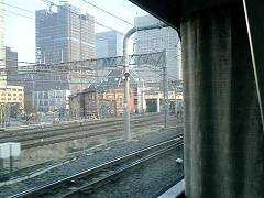 車窓に東京駅が見えてきた