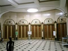 ホールを囲うように並ぶエレベータ