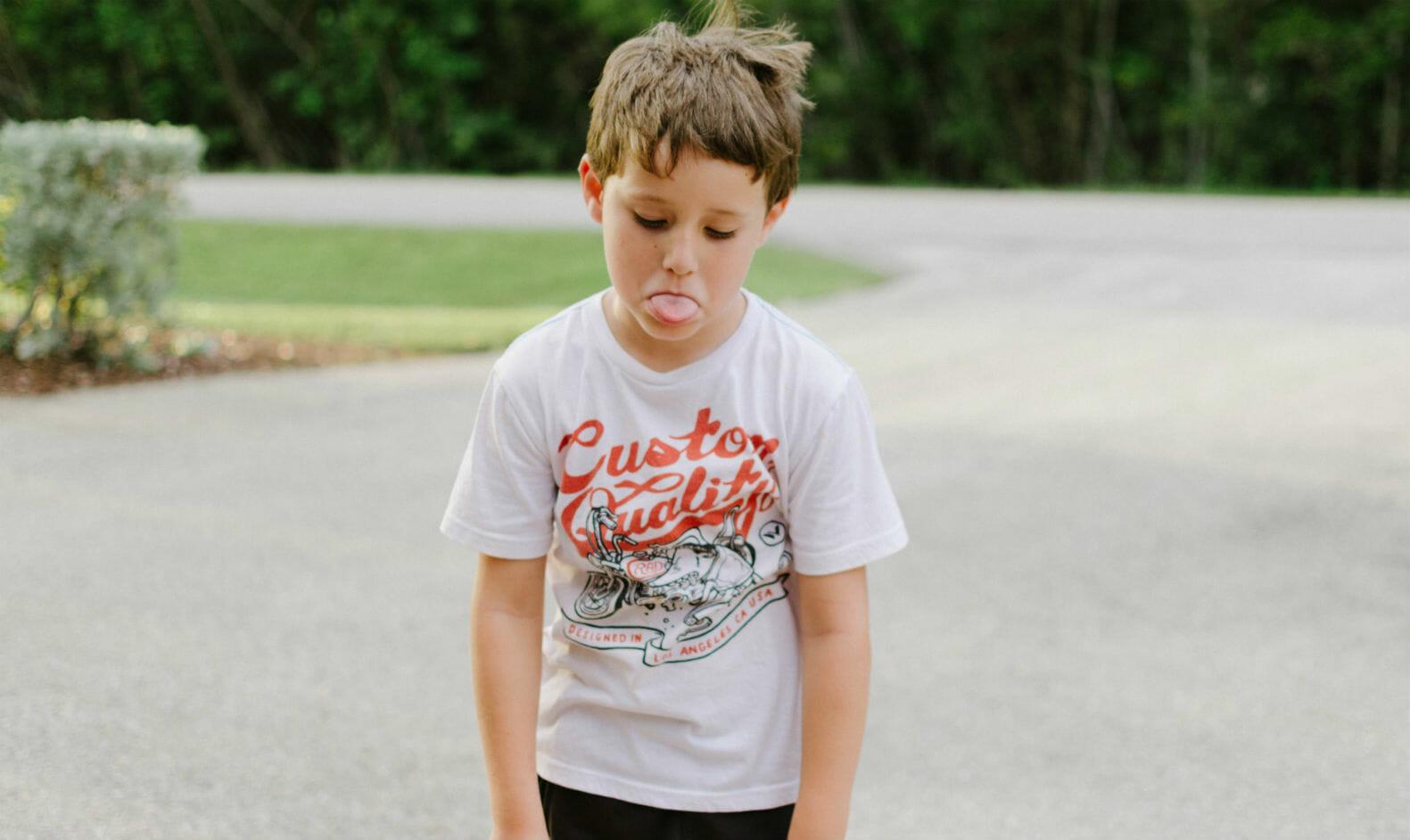 Niño burlándose y enfadado