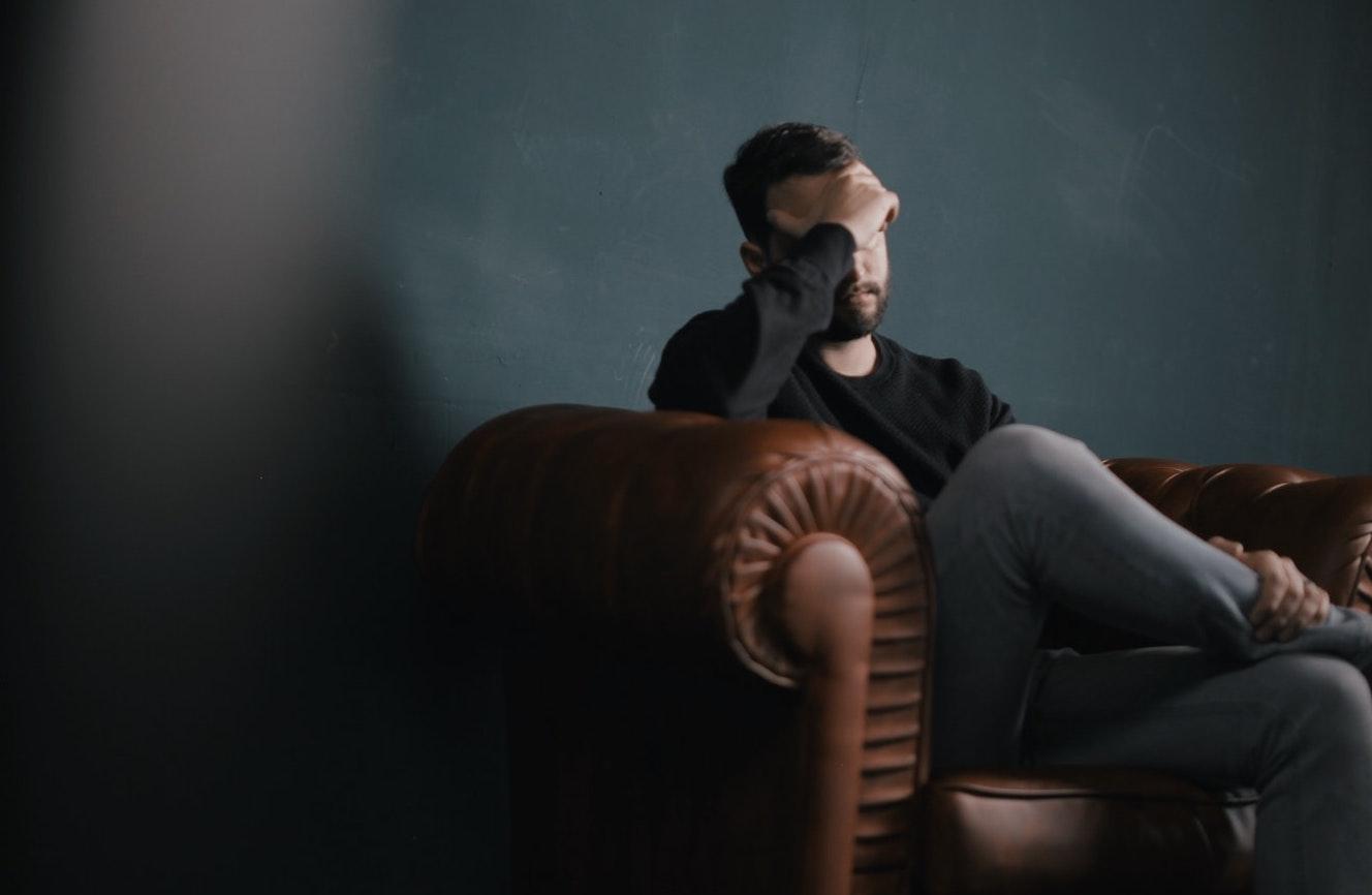 Imagen en la que se ve a una persona con su psicólogo