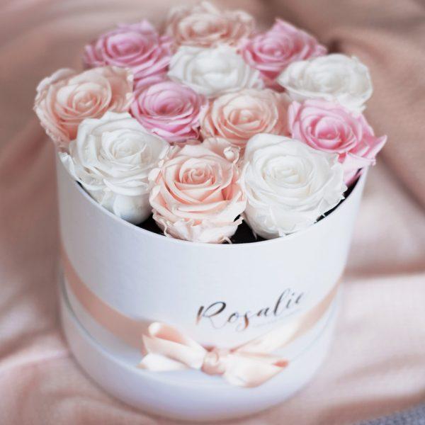 scatola box tondo con 12 rose stabilizzate di color rosa, bianco e porcellana con nastro su tessuto pesca