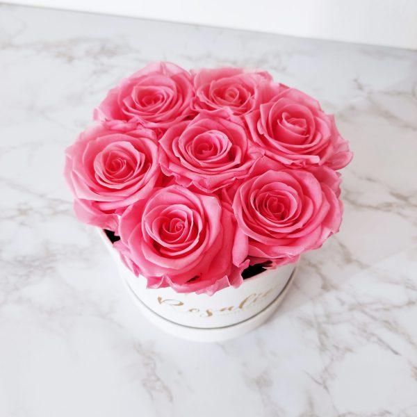 scatola con 7 rose stabilizzate di color rosa scuro