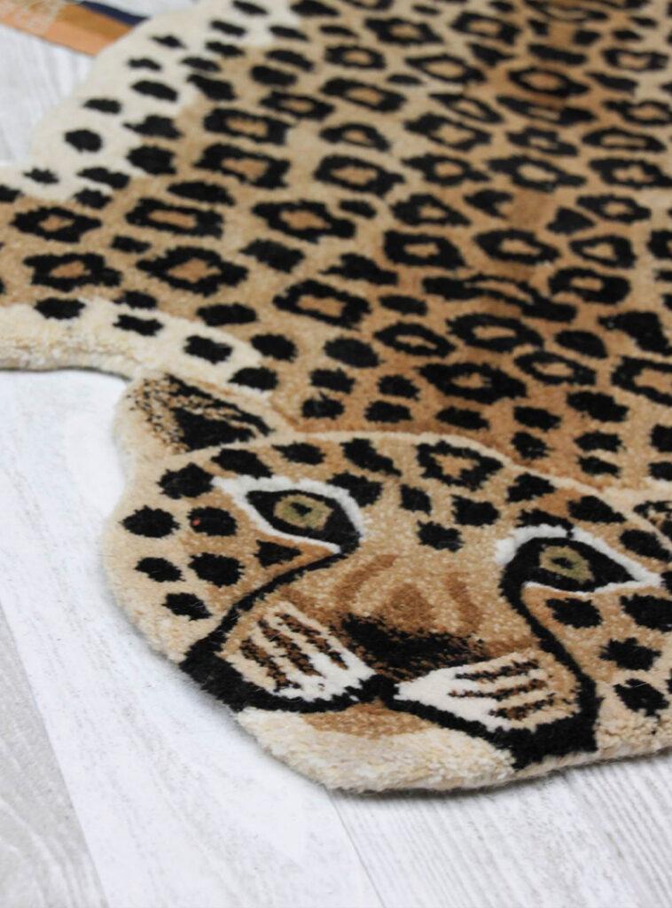 Beestenbende_doing_goods_leopard_vloerkleed
