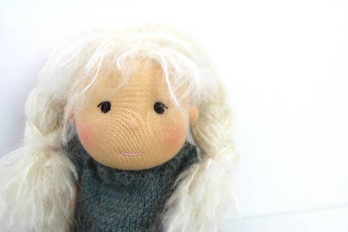 Puppe mit weissem Haar