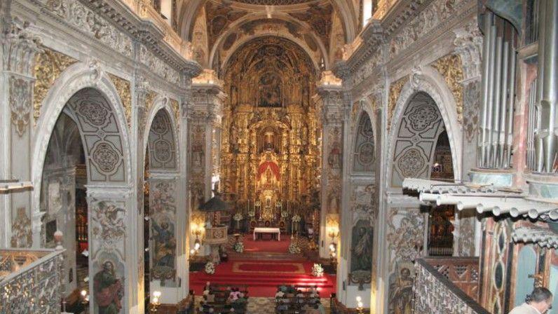 Perspectiva de la Real Parroquia de Santa María Magdalena de Sevilla en la que se pueden apreciar su órgano (a la derecha) y las enormes dimensiones de la misma, así como la exuberancia de su decoración barroca.