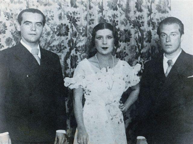 Federico García Lorca (izquierda) y La Argentinita (centro), intérpretes de Anda, Jaleo, junto al también poeta Rafael Alberti (derecha).