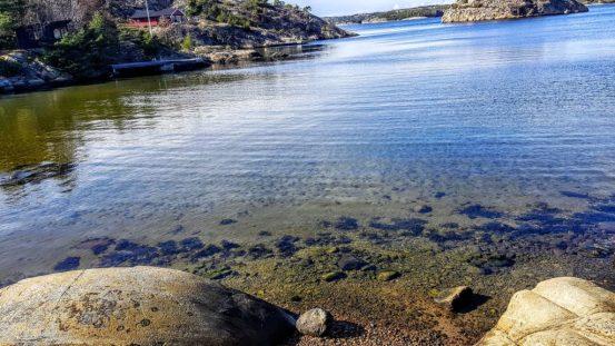 Skal du fiske sjøørret om våren så finn deg noen isfrie plasser som dette.