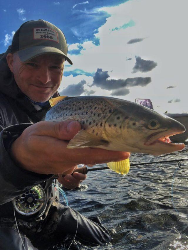 Bjørn Tore Kjølholt fisker sjøørret på Hvaler. Dette bildet er da jeg fisker sjøørret om høsten.