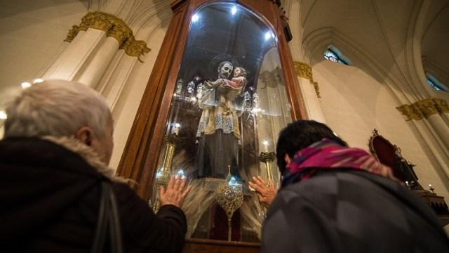 Los fieles rezandole a San Cayetano en su día.