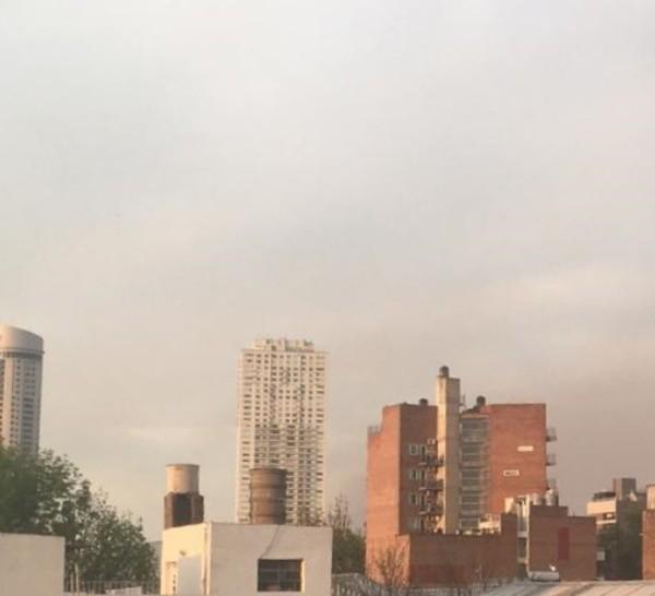 El cielo de Pichincha cargado de nubes y humo.