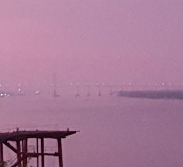 Visibilidad reducida sobre el río por el humo.