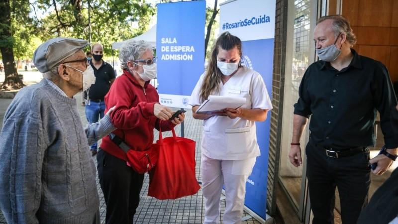 Desde la Secretaría de Salud recomendaron a quienes hayan sido notificados concurran 15 minutos antes del horario con DNI..