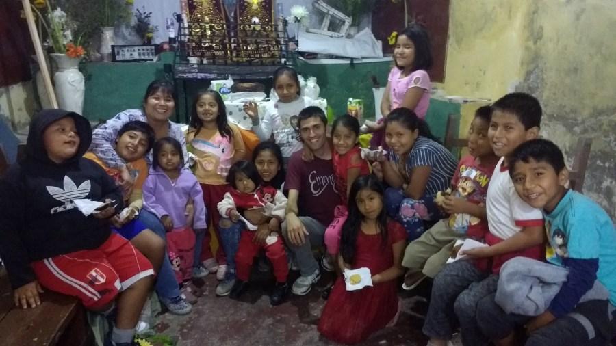 Colin con niños de la parroquia