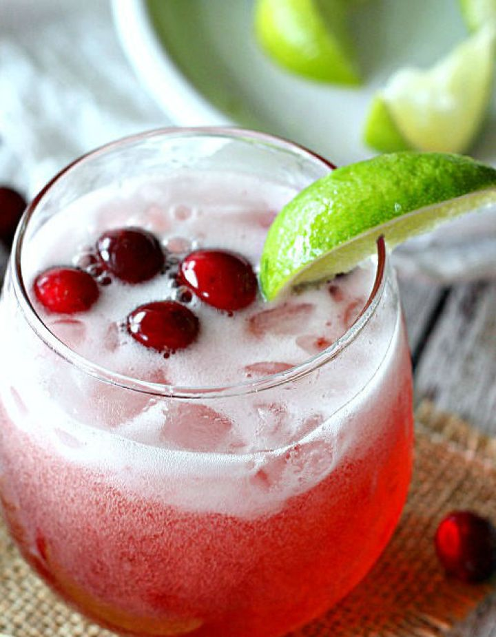 Non-Alcoholic Drinks for Thanksgiving - Cranberry Limeade Spritzer | http://www.roseclearfield.com