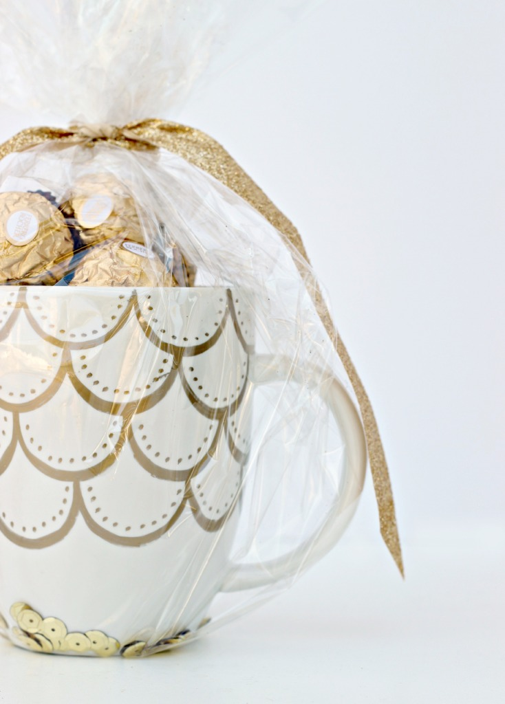 Last-Minute Homemade Christmas Gift Ideas - Scalloped gold Sharpie mug.   https://www.roseclearfield.com