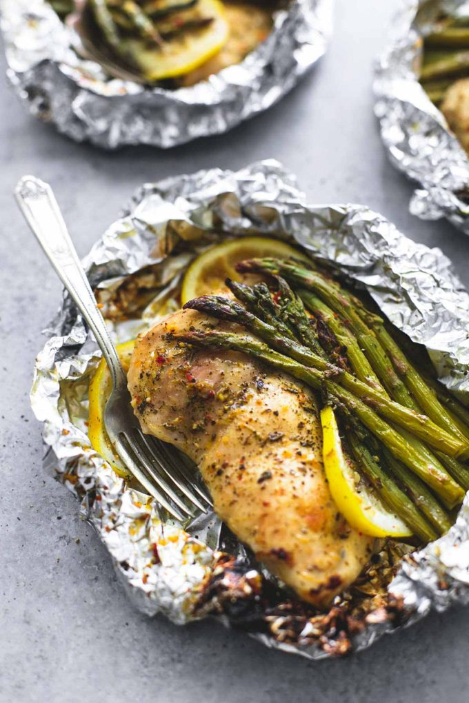 30 Days of Healthy Chicken Dinner Recipes - Lemon Chicken Asparagus Foil Packs via Le Creme de la Crumb | http://www.roseclearfield.com